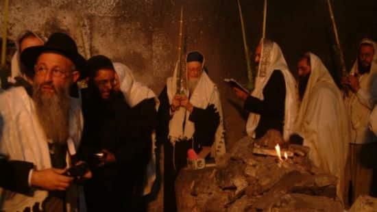 """אישי חזני (תמונה נדירה בעקבות ההרס בקבר יוסף תשס""""ד"""