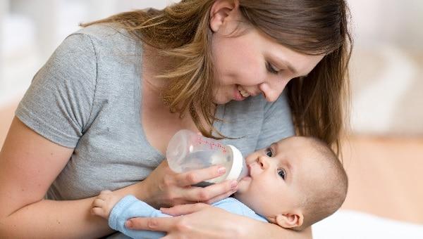תינוק אוכל מבקבוק צילום: shutterstock