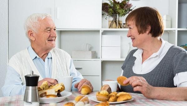 זוג, מבוגרים, הגיל השלישי, קשישים, גיל הזהב, ארוחת בוקר