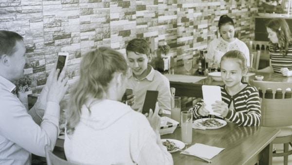 משפחה, סלולארי, סמרטפון צילום: shutterstock