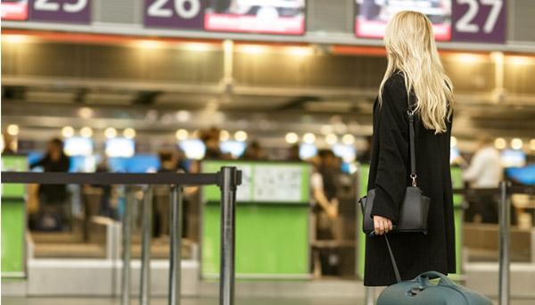 אישה בשדה תעופה צילום: shutterstock