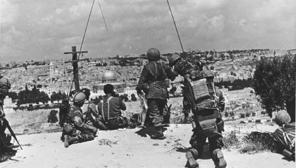חיילים משקיפים על העיר העתיקה